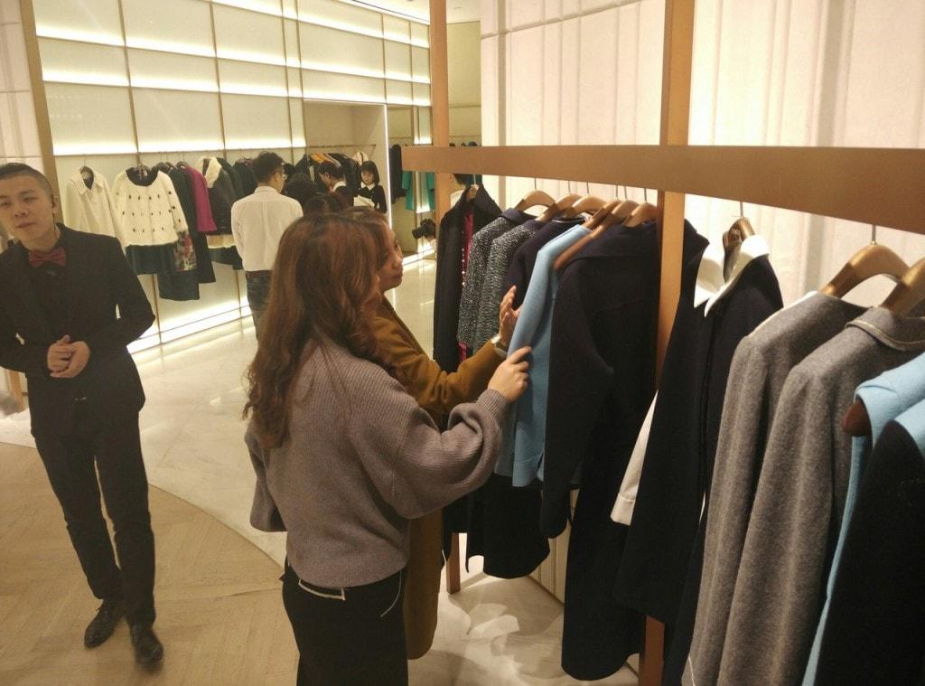 китаянка покупает одежду