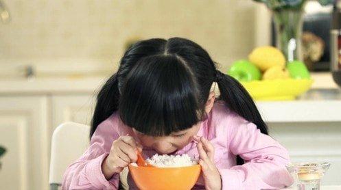 китайская девочка ест рис