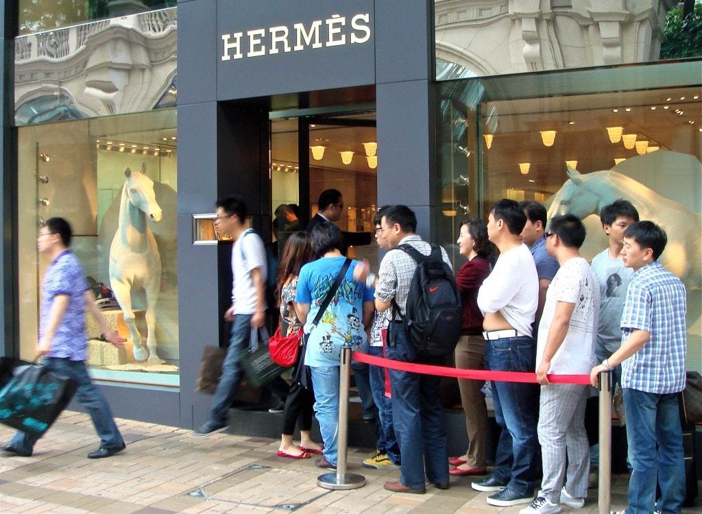 китайские путешественники скупают брендовые магазины