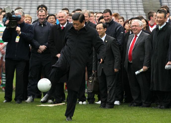 си цзиньпин играет в футбол