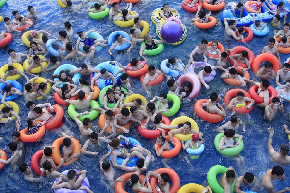 китайцы в бассейне