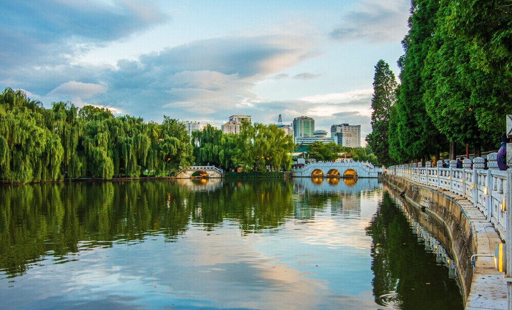 парк зеленого озера в куньмине
